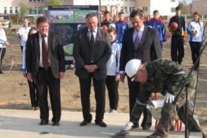 Закладка капсулы с посланием будущим поколениям на месте строительства физкультурно-оздоровительного комплекса в г.п.Краснополье